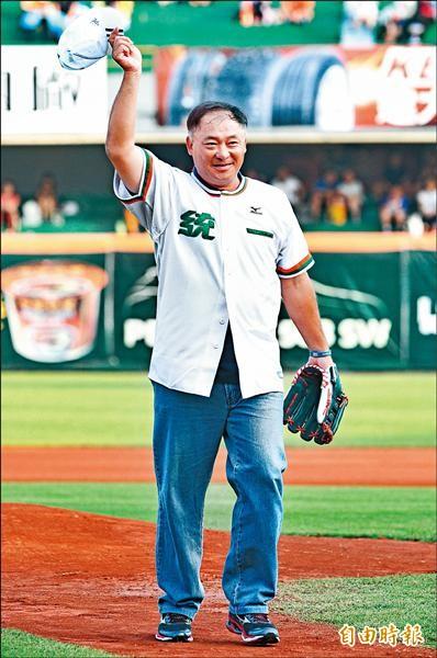 台南棒球場首勝投手康明杉,受邀為台南棒球場第1000場比賽開球。(記者黃志源攝)