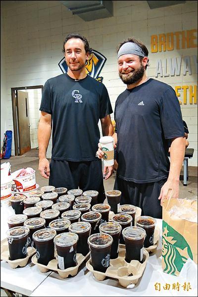包括克蘭頓(左)、伍鐸在內的4位兄弟洋投,本季首次請全隊喝咖啡。(記者徐正揚攝)