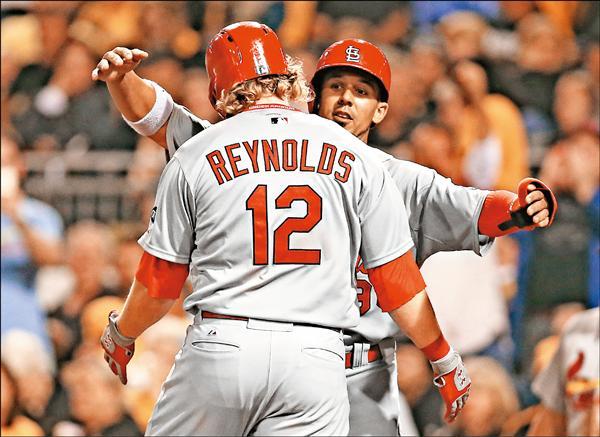 紅雀9局下靠傑伊(左)、雷諾斯打下3分打點,逆轉擊敗金鶯。(今日美國)