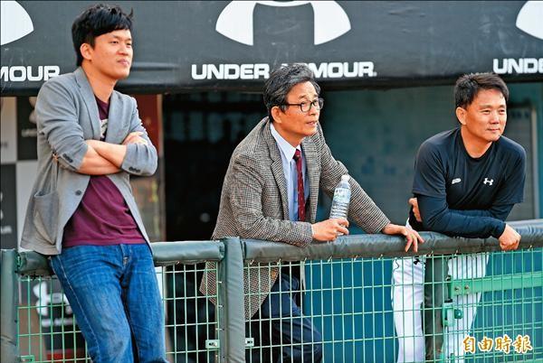 猿隊總教練洪一中(右起)和老闆劉保佑及領隊劉玠廷,觀看球員備戰。(記者朱沛雄攝)