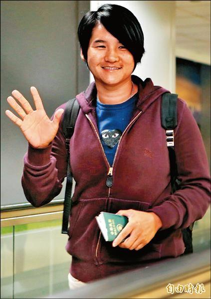 曾雅妮昨晚從韓國搭機回到台灣,揮手與球迷打招呼,備戰週四起的富邦LPGA台灣錦標賽。(記者姚介修攝)