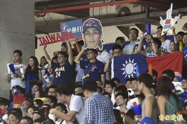 球迷拿著各式加油板幫台灣隊加油。(記者陳志曲攝)