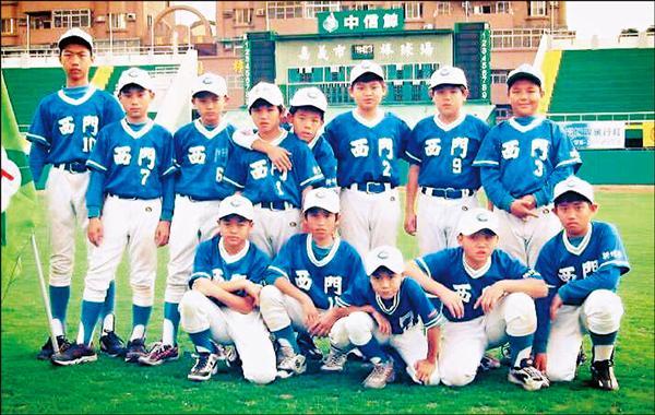 西門國小五年級的郭俊麟(後排左四),後排左一則是大他一屆的林羿豪。郭俊麟笑說:「可能是諸羅山盃吧!以前打什麼比賽都不知道,反正打一、兩場就回家放假了。」(郭俊麟提供)