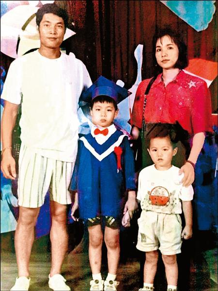 父母是郭俊麟拚戰的動力,圖為郭俊麟(右下)、雙親與幼稚園畢業的哥哥。(郭俊麟提供)