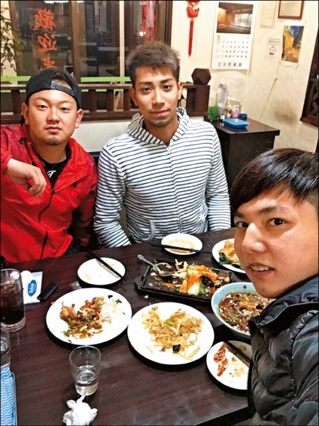 郭俊麟(右)昨與隊友森友哉(左一)、相內誠一起吃中華料理。(郭俊麟提供)