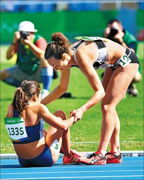 當迪阿寇絲蒂諾(圖左)坐倒在地,輪到漢布琳(圖右)也幫助她站起,一同跑完全程。(歐新社)