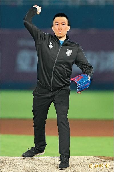 蔡承儒為總冠軍賽第3戰開球,賽前特地練投80球。(記者陳志曲攝)