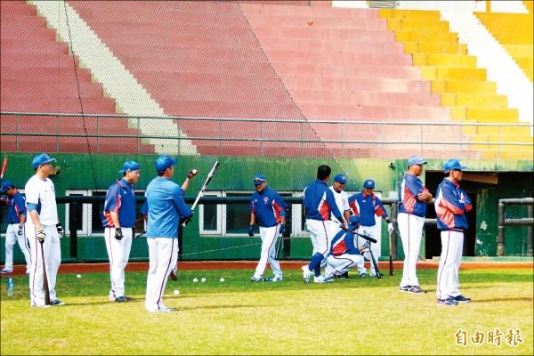 經典賽台灣隊移師嘉義縣立棒球場練習。(記者蔡宗勳攝)