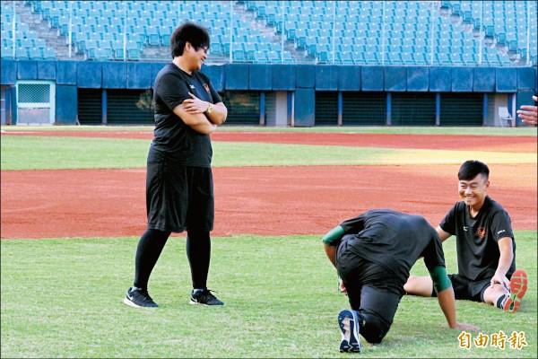 防護員和職棒球員之間的關係,既像工作夥伴,又像好朋友。(記者羅志朋攝)
