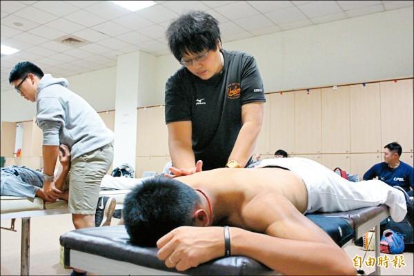 長期幫身材壯碩的職棒球員按摩治療,余婉綾大拇指和手肘經常不舒服。(記者羅志朋攝)