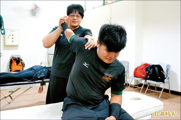 學生時期余婉綾是統一獅球迷,如今入行能為球員提供良好照護,讓她有美夢成真的感覺。(記者羅志朋攝)