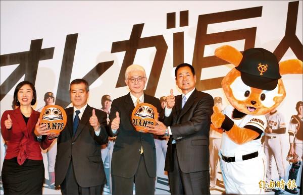 巨人隊社長久保博(左二)來台宣布,未來將在台直播巨人隊全主場賽事。(記者張嘉明攝)