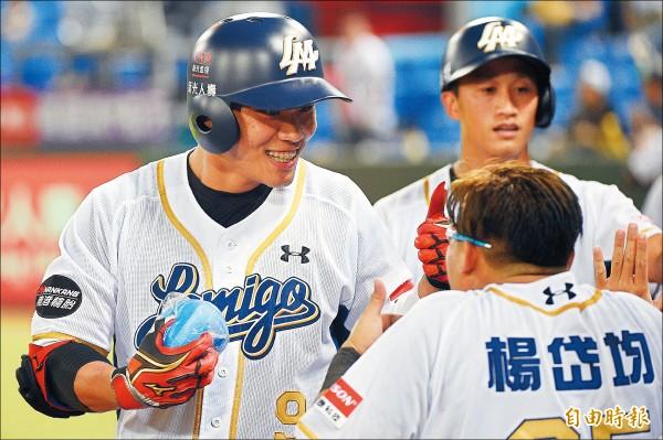 桃猿王柏融(左)敲出三分全壘打,回到休息區與隊友開心慶祝。(記者陳志曲攝)