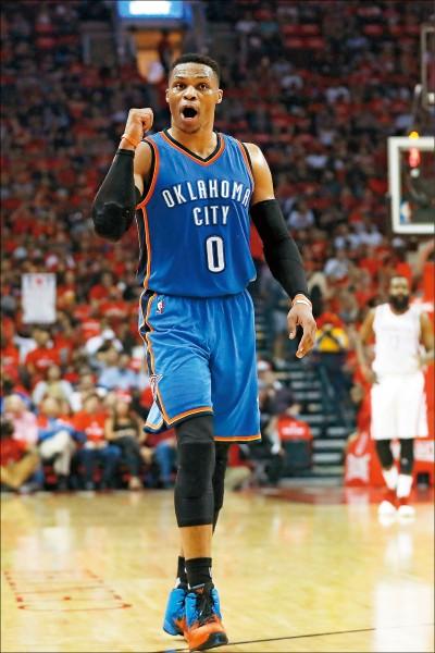 雷霆魏斯布魯克砍下51分,締造NBA季後賽得分最高的大三元。 (法新社)