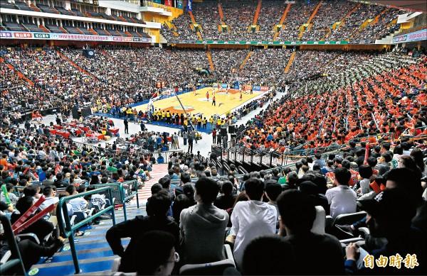 HBL高中籃球聯賽冠軍戰,台北小巨蛋擠滿球迷、啦啦隊觀賽。(記者簡榮豐攝)