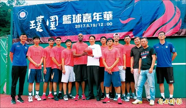 陳子威(左一)請來璞園老戰友(紅衣)來政大舉行活動。(記者林宗偉攝)