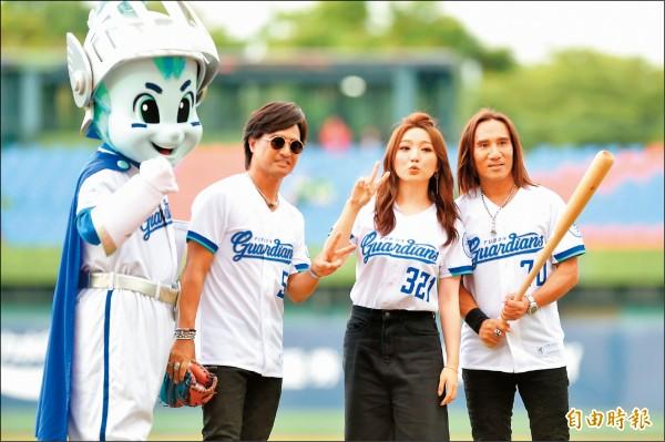 歌手閻奕格(右2)與動力火車一同擔任開球來賓。(記者廖耀東攝)