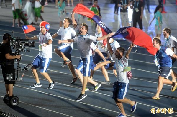 世大運晚間舉行閉幕式,阿根廷選手揮舞著我國國旗雀躍進場。(記者林正堃攝)
