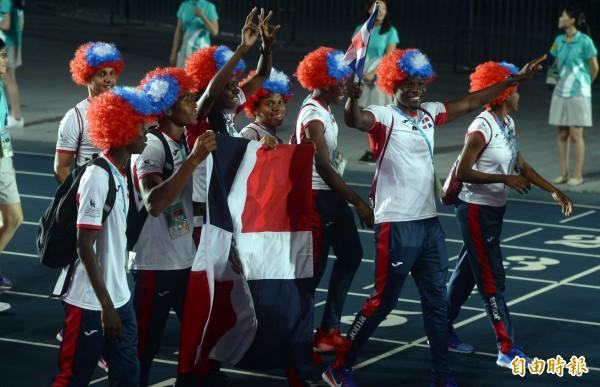 世大運晚間舉行閉幕式,許多外國運動員揮舞我國國旗,或是戴著我國國旗配色的假髮進場。(記者林正堃攝)