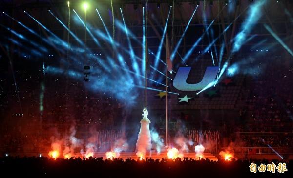 世大運晚間舉行閉幕式,歌手家家在現場表演。(記者林正堃攝)