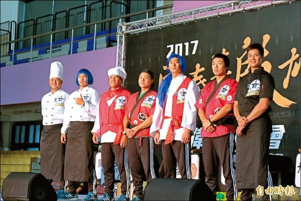 「殷雄食堂」廚藝大賽,教練團裝扮成各國廚師模樣,與現場球迷同樂。(記者羅志朋攝)