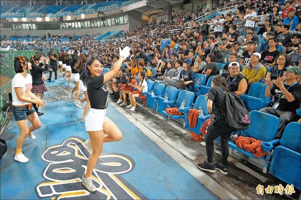 中職聯盟也派出啦啦隊替台灣隊應援。圖為打熱身賽時,球迷進場加油。(資料照,記者陳志曲攝)