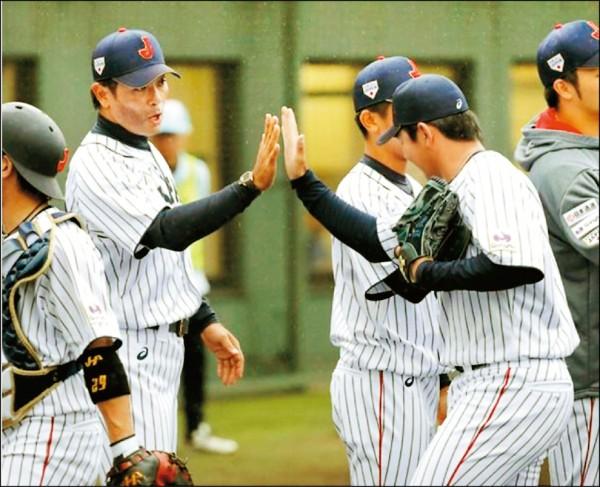 亞冠賽日本隊昨在熱身賽以6:0擊敗西武隊,監督稻葉篤紀(左)和球員擊掌慶祝。(取自網路)