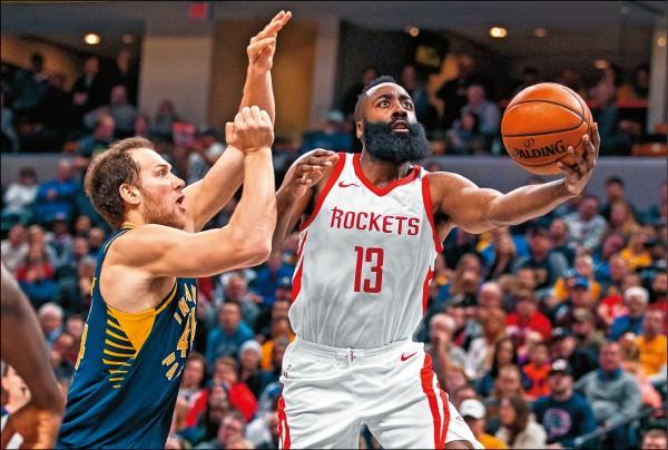 哈登(右)11月表現瘋狂,場均35.8分、11.5助攻與5籃板。(今日美國)