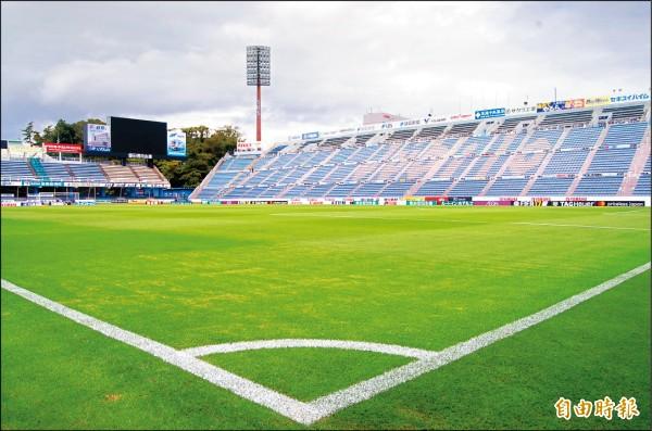 日本職業足球聯盟在地經營,傳統球隊磐田喜悅隊球場小而美,在地企業熱情廣告贊助,鄉親熱血相挺。(記者黃照敦攝)