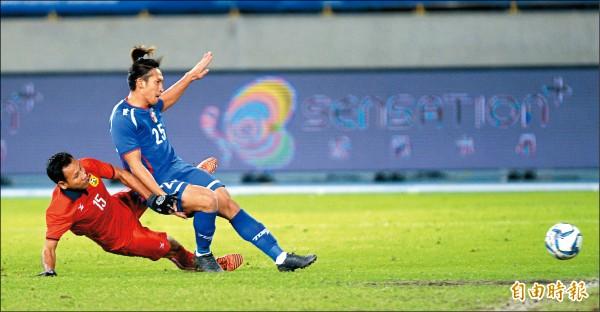 台灣男足隊前鋒李茂(右)在足協國際邀請賽一戰成名,期盼未來有旅外機會。(資料照,記者林正堃攝)