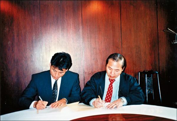謝長亨(左)在1990年結束旅日生涯,12月與統一獅領隊郭俊男完成簽約儀式,正式加盟獅隊。 (資料照)