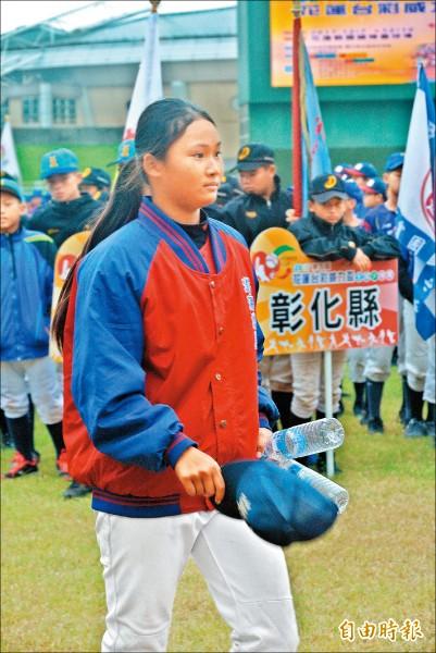 講美少棒隊第一位女球員吳鈺婷。(記者倪婉君攝)
