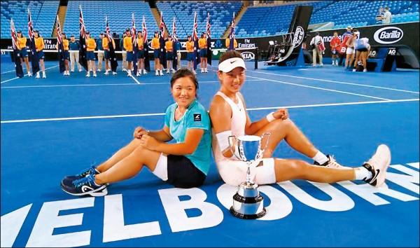 梁恩碩(左)澳網青少女雙也奪冠。(詹謹瑋提供)