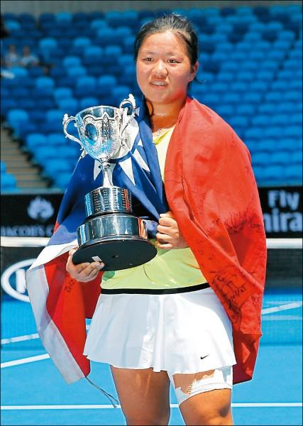 梁恩碩身披國旗,捧著澳網青少女單冠軍盃接受歡呼。(法新社)