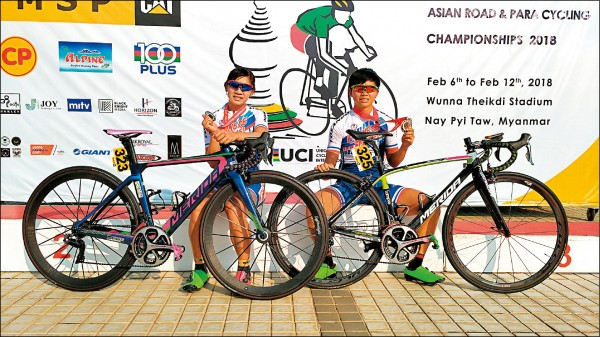 黃亭茵(左)和張瑤(右)在亞洲自由車公路錦標賽包辦銀、銅牌,拿下個人公路賽的亞運資格。(取自申騰美利達車隊官方臉書)