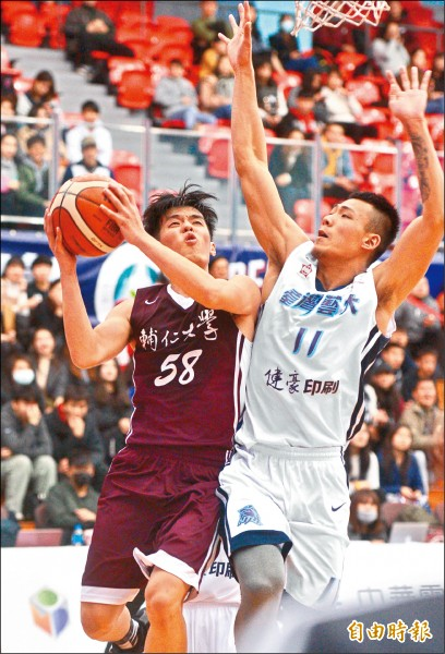輔大吳季穎(左)對台藝大一役繳出23分,率隊搭上8強末班車。 (記者王藝菘攝)