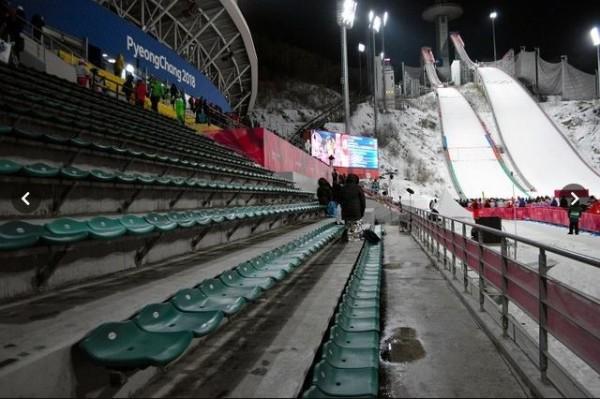 當地零下8度的氣候,對觀眾來說也是一場硬仗。(圖取自《朝日新聞》)