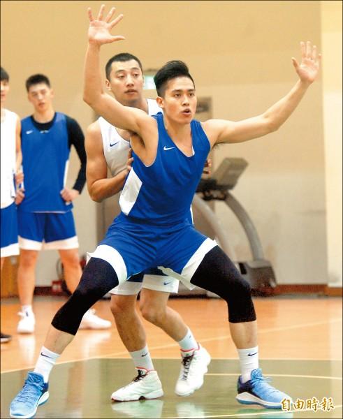 陳盈駿(前)可望與老經驗的達欣蘇翊傑(後)成為台灣隊最重要的後場雙衛。(記者林正堃攝)