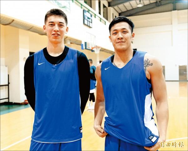 台灣男籃最嫩的譚傑龍(左)和泰山的大學長周儀翔(右)相見歡。 (記者林正堃攝)