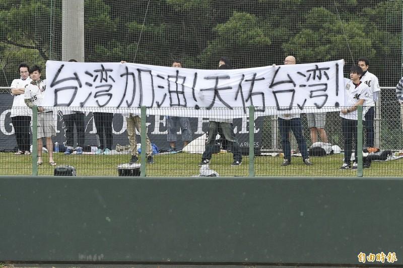 羅德球迷糾感心 製作國旗海報幫台灣募款