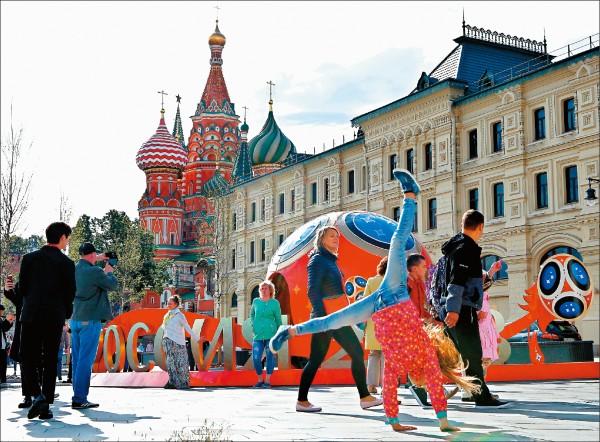 俄羅斯世界盃今天將點燃戰火,俄國也聚集不少球迷前來朝聖,台灣球迷則可透過直播,隨時掌握戰況。(路透)
