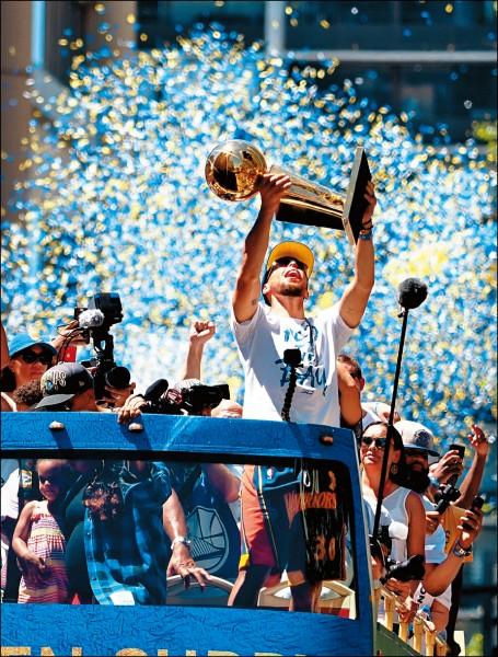 柯瑞高舉金盃遊行,與地主球迷一起慶祝。(今日美國)