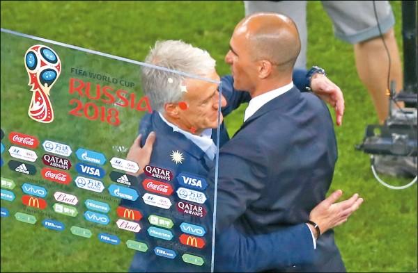 法國挺進決賽,總教練德尚(左)與比利時教頭馬丁尼斯賽後握手致意。(美聯社)