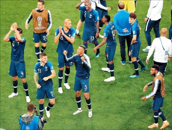 法國擊敗比利時,確定由穿Nike球衣的球隊包辦本屆冠軍戰。(歐新社)