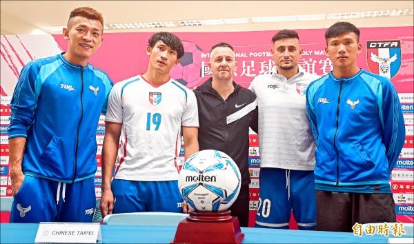 懷特(中)本月7日最後一次率領台灣男足,在國際友誼賽擊退馬來西亞,賽後與球員一起出席記者會。(資料照,記者廖振輝攝)