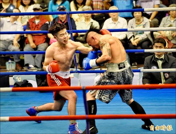 台灣林聖凌(紅)與香港選手並列台灣拳賽61公斤冠軍。(記者方賓照攝)