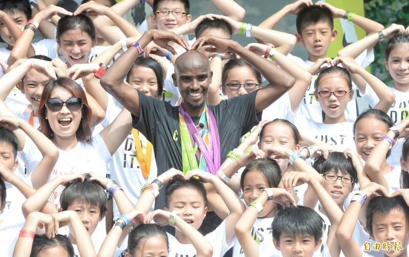路跑》長跑之王法拉來台  奧運四金大方借兒童把玩