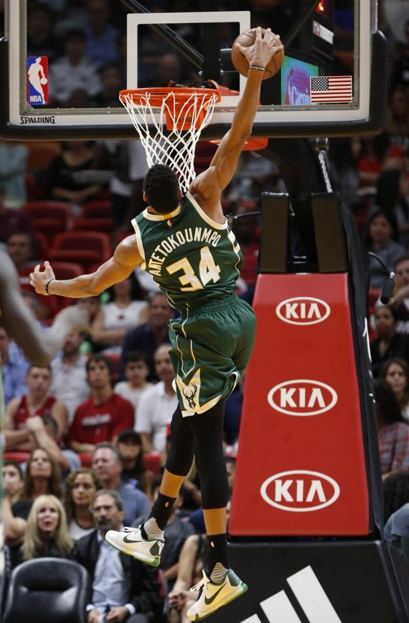 NBA》字母哥怪物體能  隊友傳2樓照樣灌爆籃框(影音)