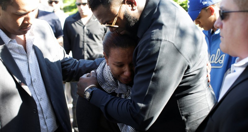 MLB》范屈拉喪禮 母親哭倒皇家隊友懷中