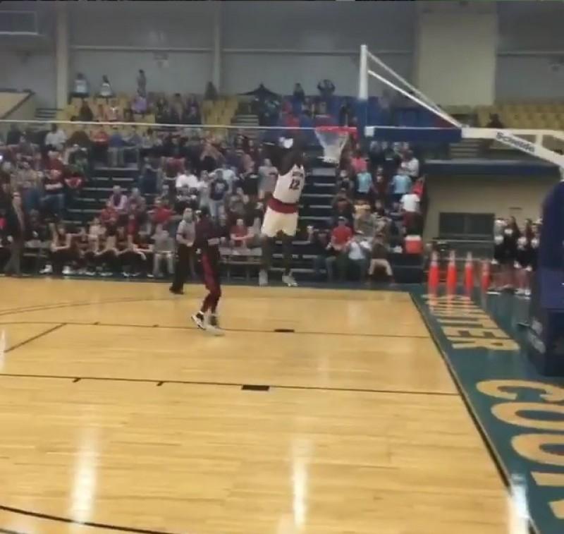 籃球》比灌籃大賽好看  16歲高中生飛三公尺爆扣(影音)